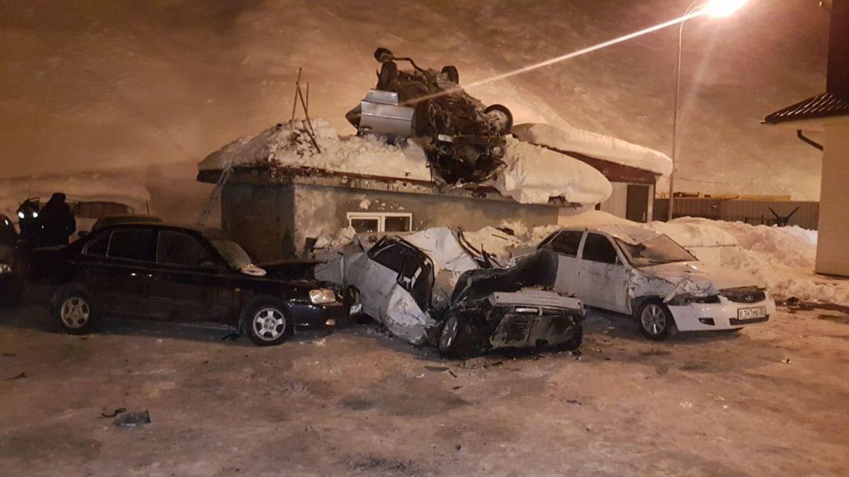 Автомобиль взмыл в воздух и врезался в крышу дома в Северной Осетии