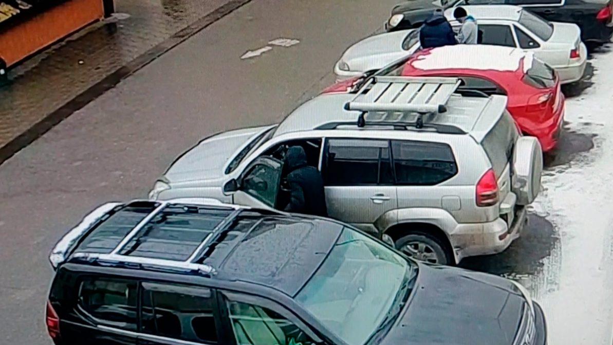 Вор обчистил автомобиль в Алматы за пару минут