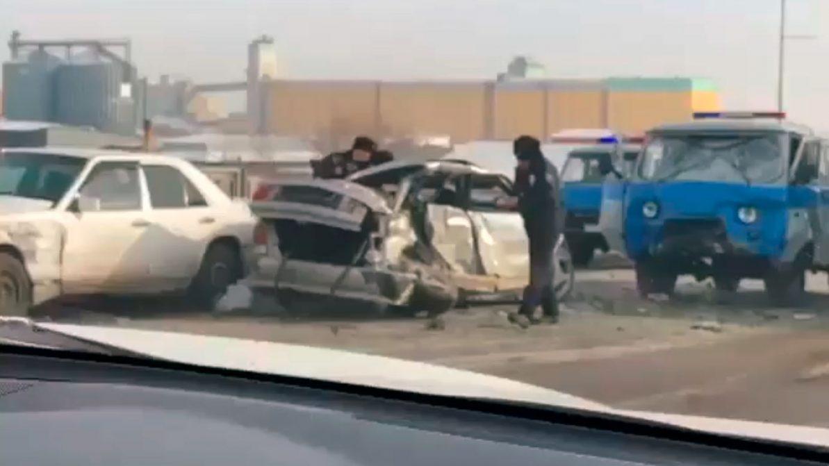 Лобовое столкновение в Караганде: один из водителей погиб