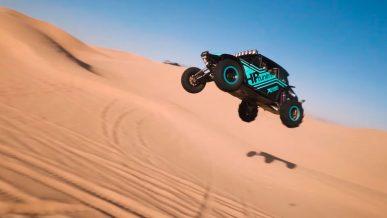 Багги с V8 рассекает по дюнам на двух колёсах