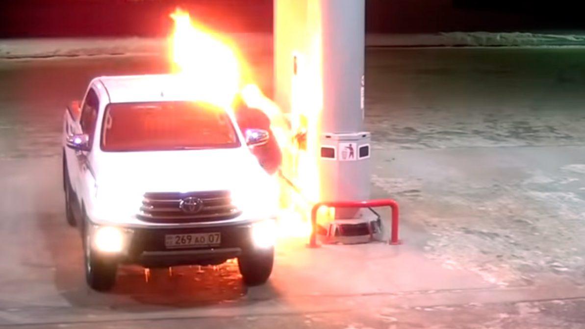 Toyota Hilux загорелась на заправке в Уральске