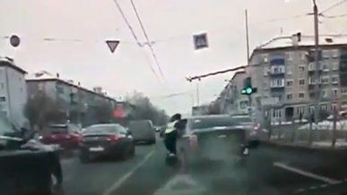 Водитель прокатил полицейского в Казани