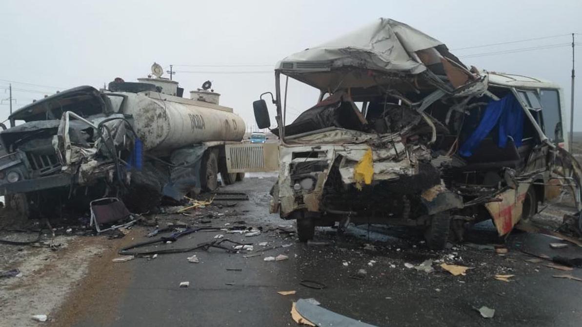 Три человека погибли при столкновении автобуса в водовозом