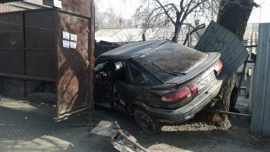 Toyota влетела в остановку в Алматы. Один человек погиб