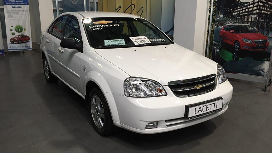 Один из таких автомобилей — Chevrolet Lacetti — стоит в дилерском центре в Алматы