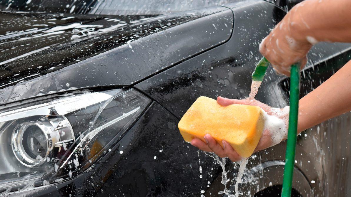 Можно ли мыть машину во дворе или на улице?