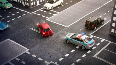 Можно ли заезжать колёсами на двойную сплошную при повороте