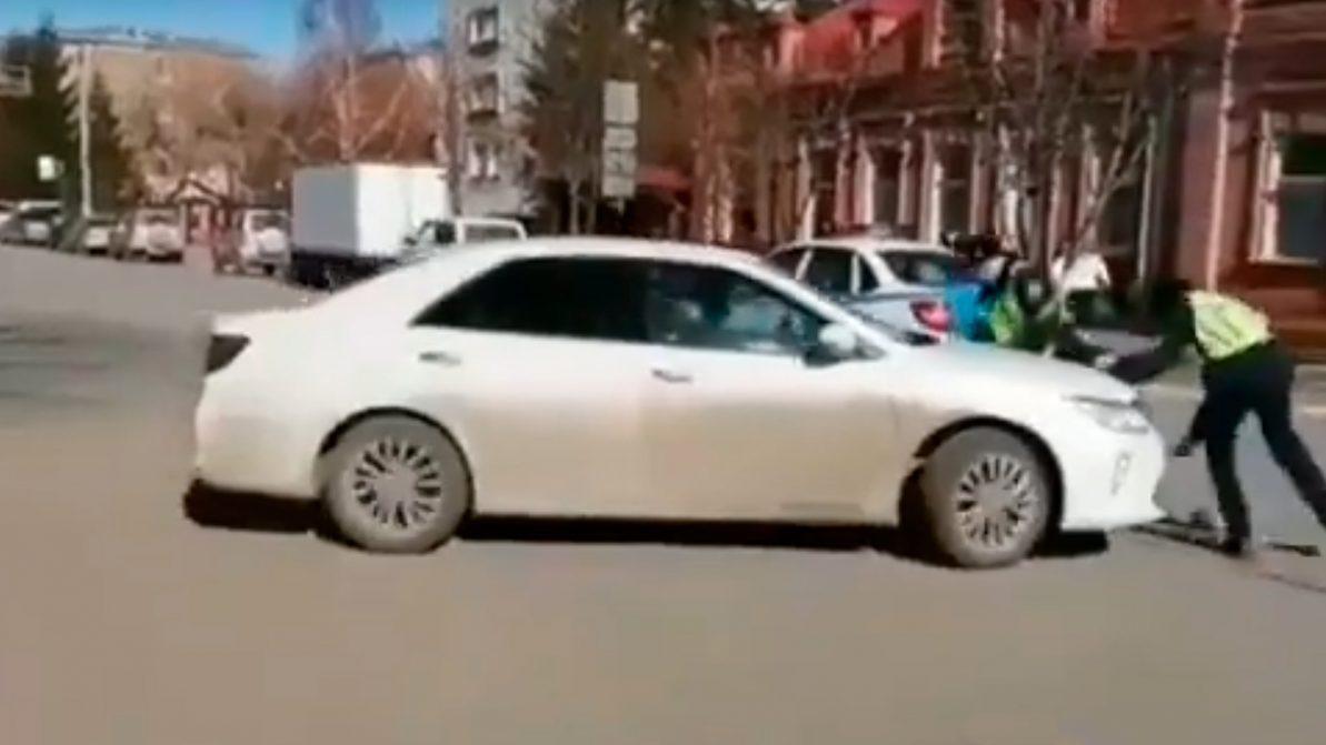 Столичная гостья давила полицейских в Петропавловске