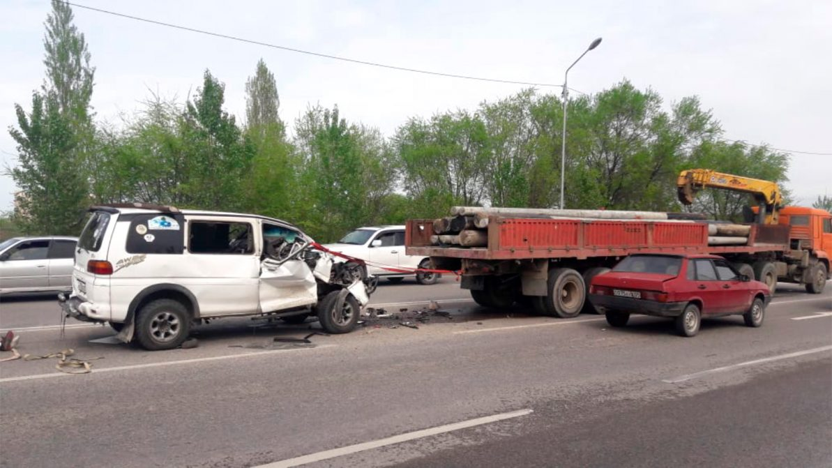 Водитель Mitsubishi Delica погиб, столкнувшись с КамАЗом в Алматы