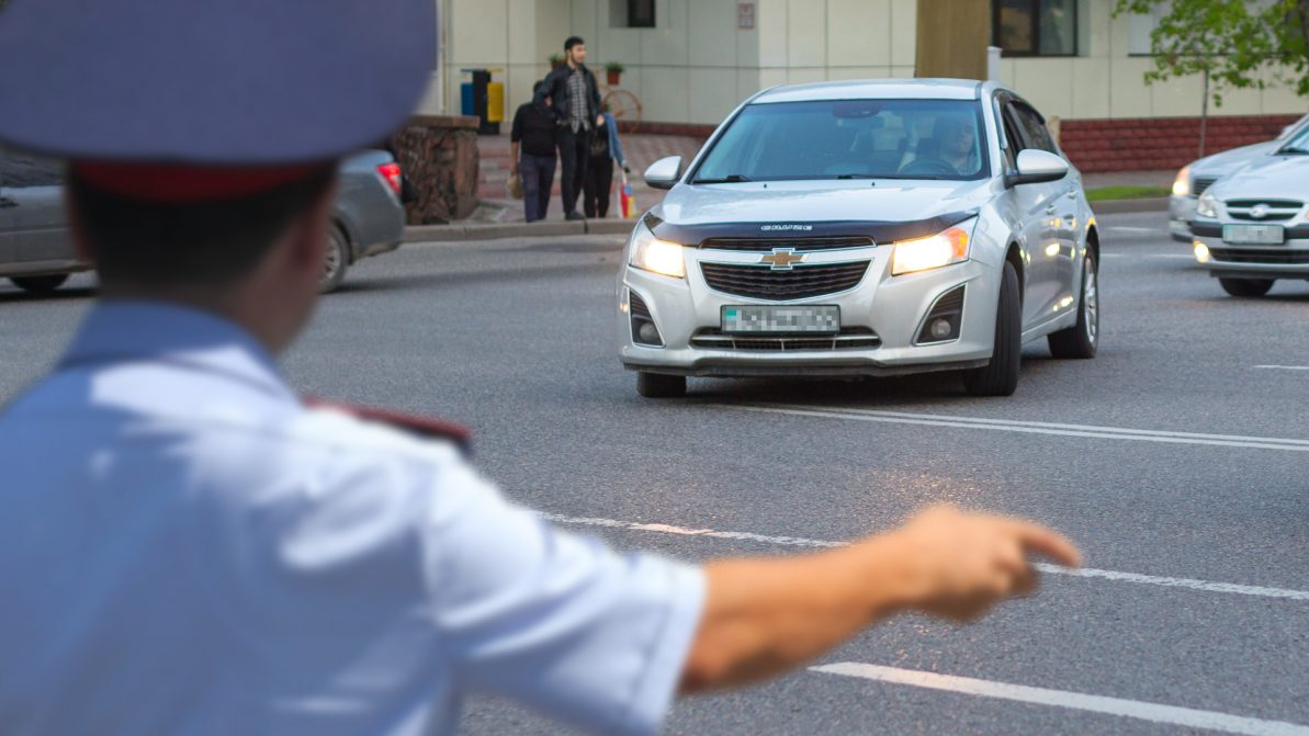 Как вернуть права водителям, лишённым за пересечение двойной сплошной на Абая