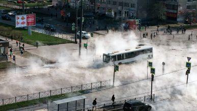 В яму с кипятком провалился автобус в Петербурге