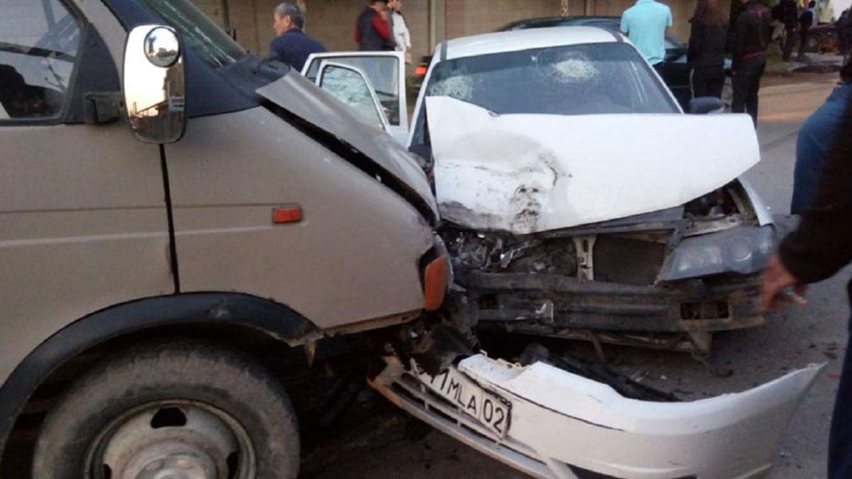 «Газель» лоб в лоб столкнулась с Daewoo Nexia в Алматы