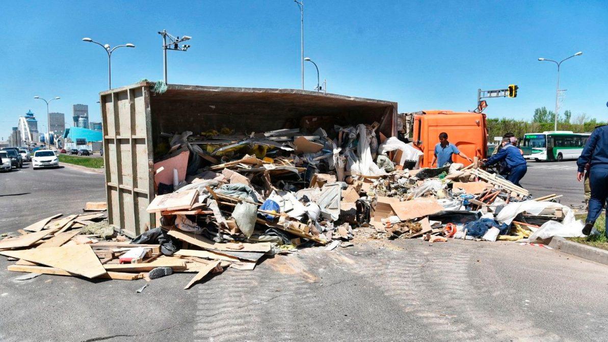 КамАЗ с мусором перевернулся в Нур-Султане