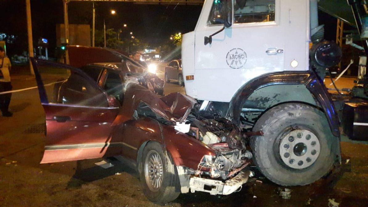 КамАЗ столкнулся с BMW в Алматы