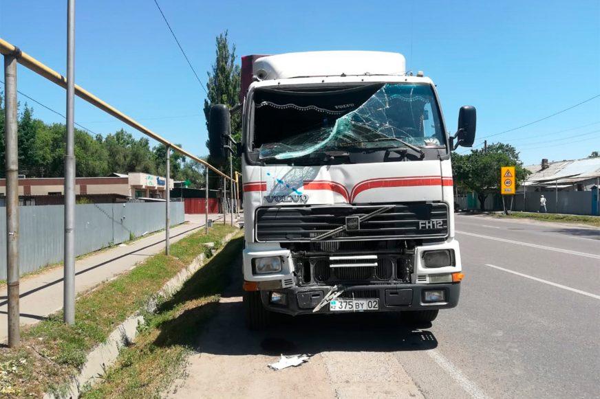 Фура и автобус столкнулись в Алматы