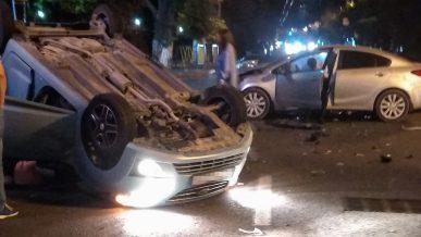 Daewoo Matiz опрокинулся на крышу после столкновения в Алматы