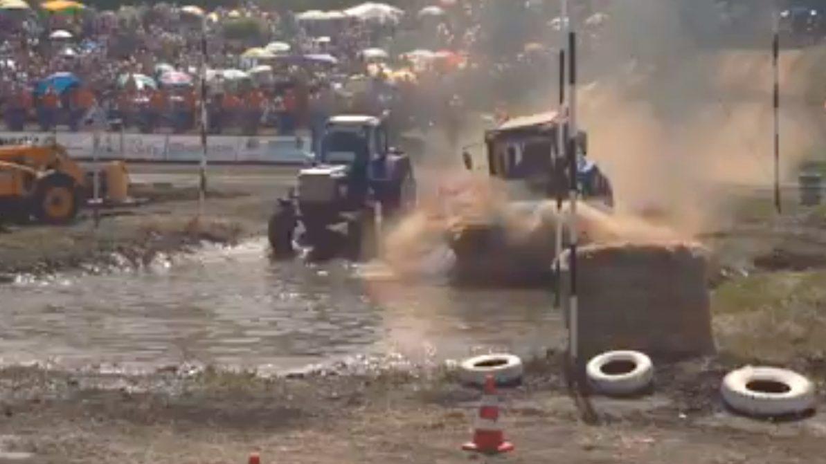 Трактор врезался в толпу журналистов в Ростове