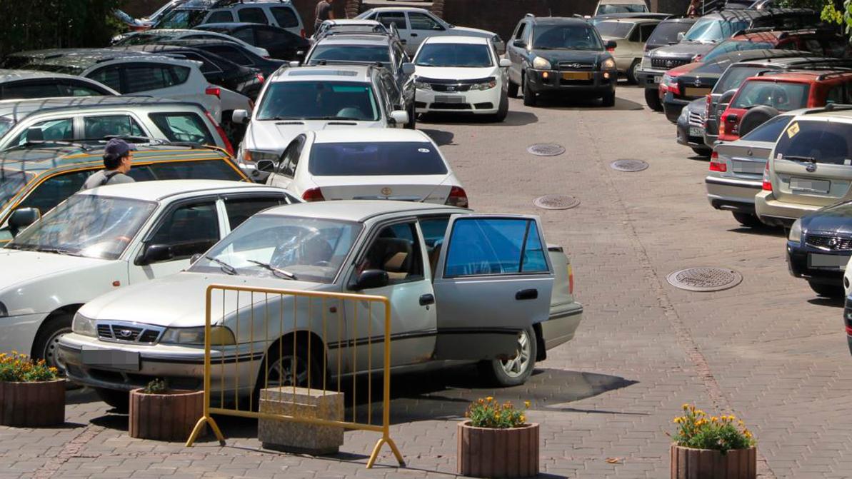 В Алматы опасно парковаться возле люков теплотрасс