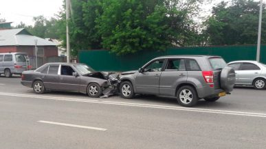 Mercedes-Benz W124 и Suzuki Vitara столкнулись лоб в лоб в Алматы