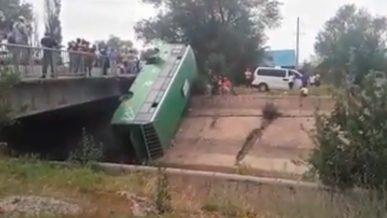 Автобус упал в Большой алматинский канал