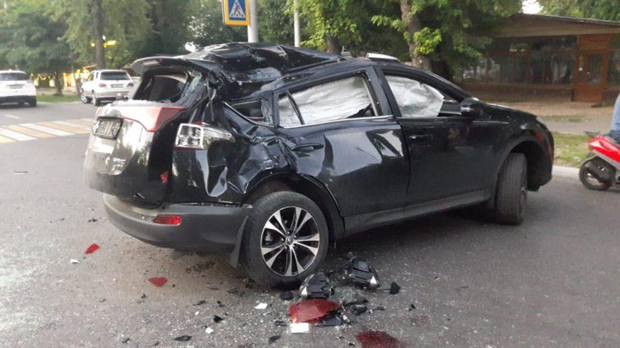 Мотоциклист протаранил Toyota RAV4 в Алматы