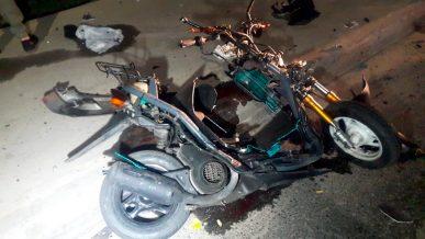 Лоб в лоб столкнулись в Алматы мотоцикл с мопедом. Как?