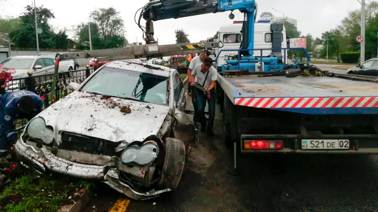 Mercedes-Benz снёс забор и вылетел на встречку в Алматы
