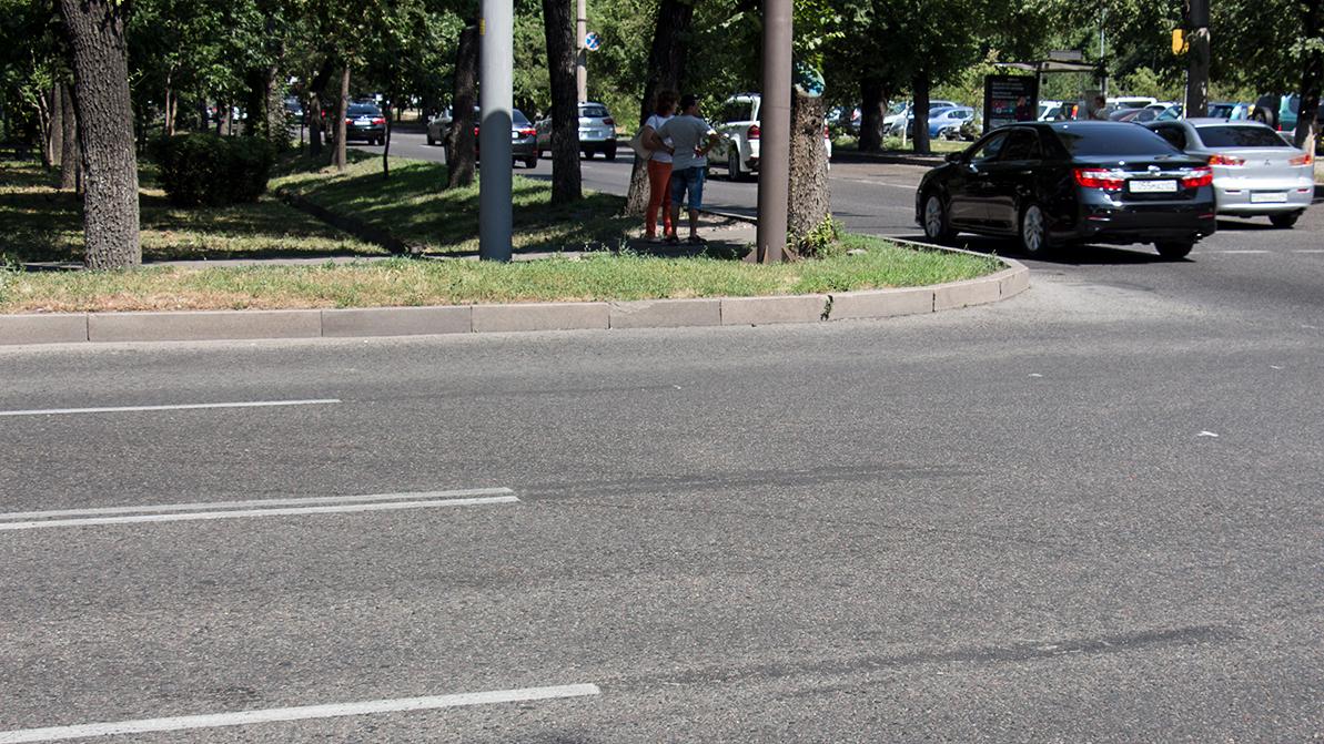 Неправильную разметку стёрли на перекрёстках Алматы