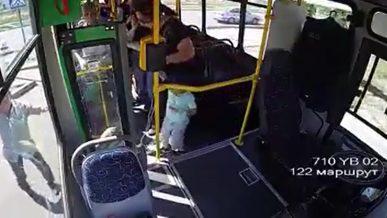 Видео: автобус без водителя сбил женщину с ребёнком в Алматы