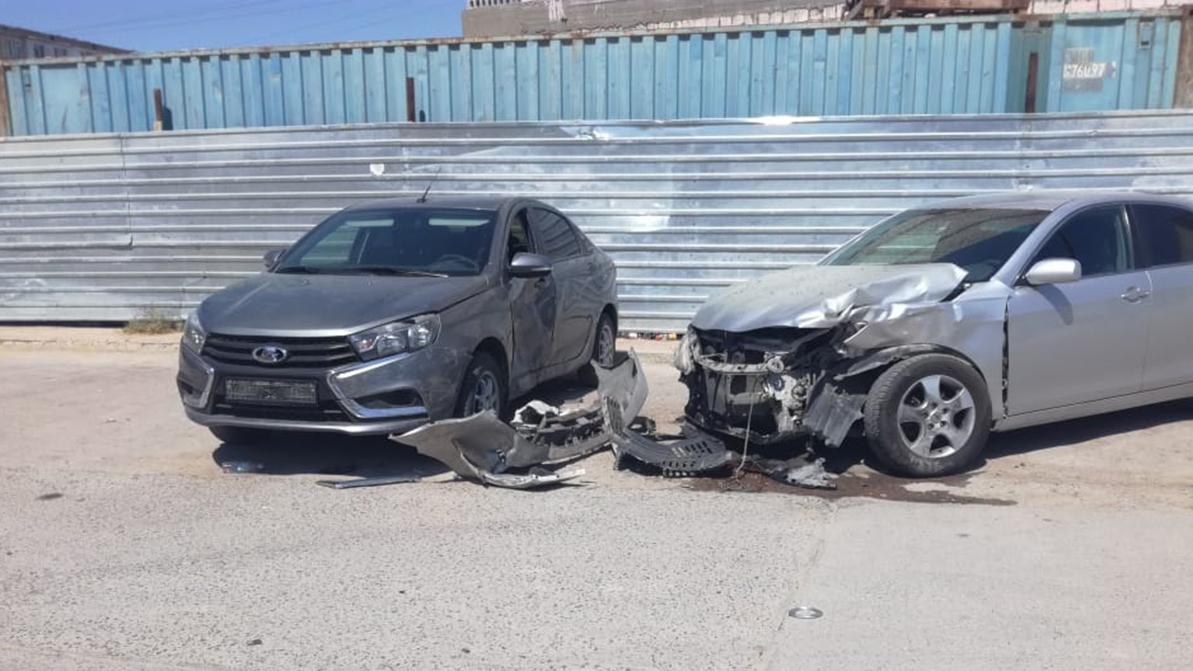 Три автомобиля и забор школы протаранил Toyota Land Cruiser