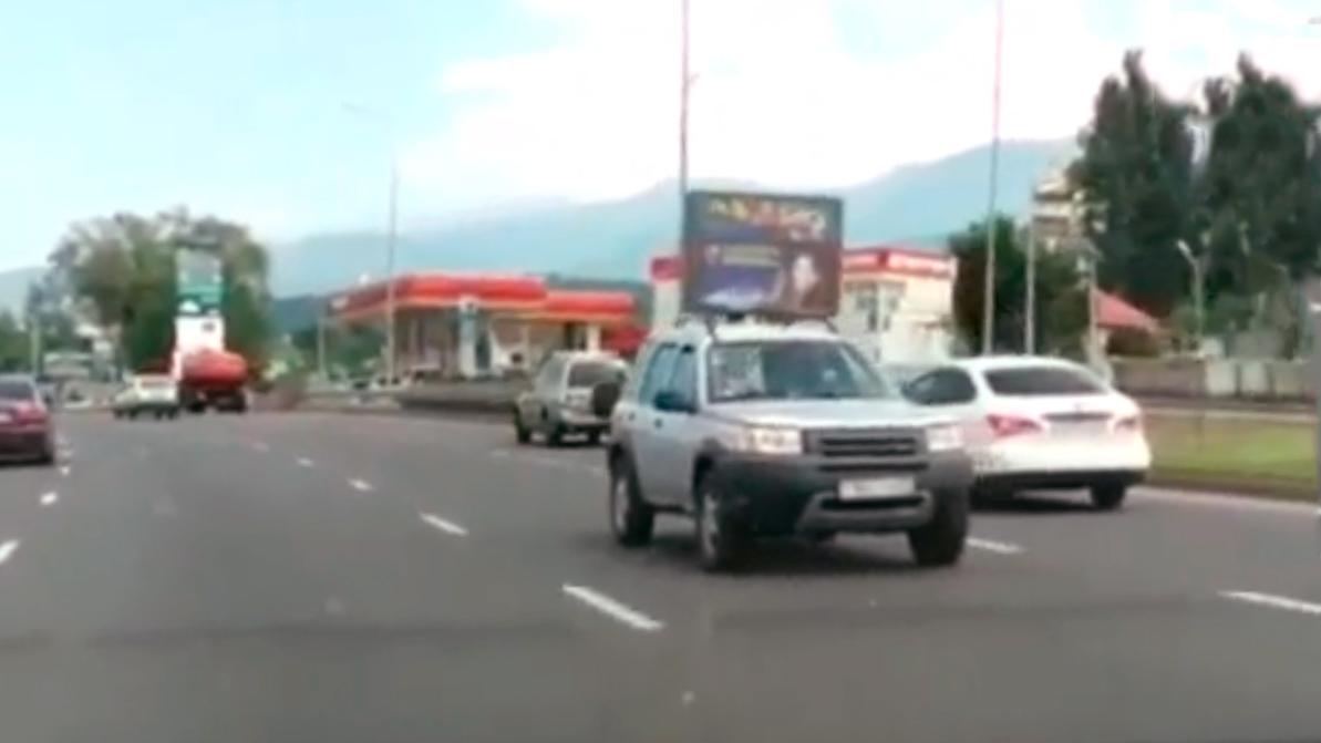 Почему Land Rover ехал задним ходом по Аль-Фараби