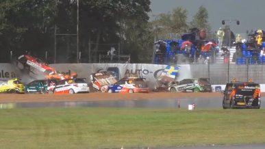 11 машин вылетели в одном повороте в гонке