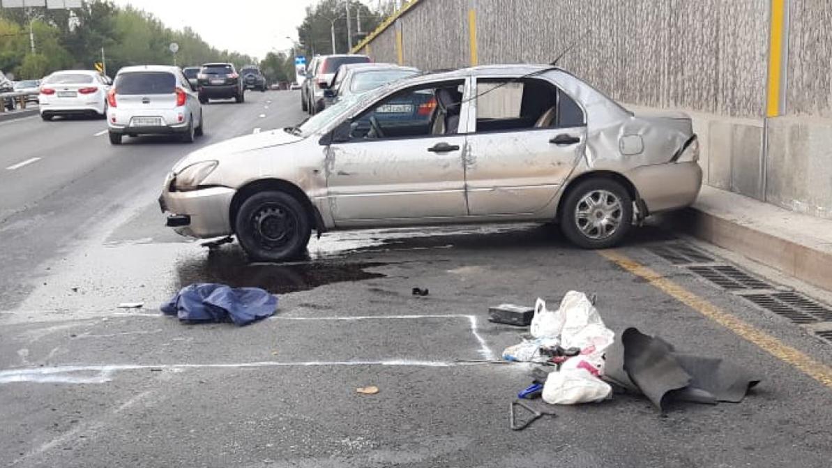 Лужа масла на дороге стала причиной ДТП в Алматы
