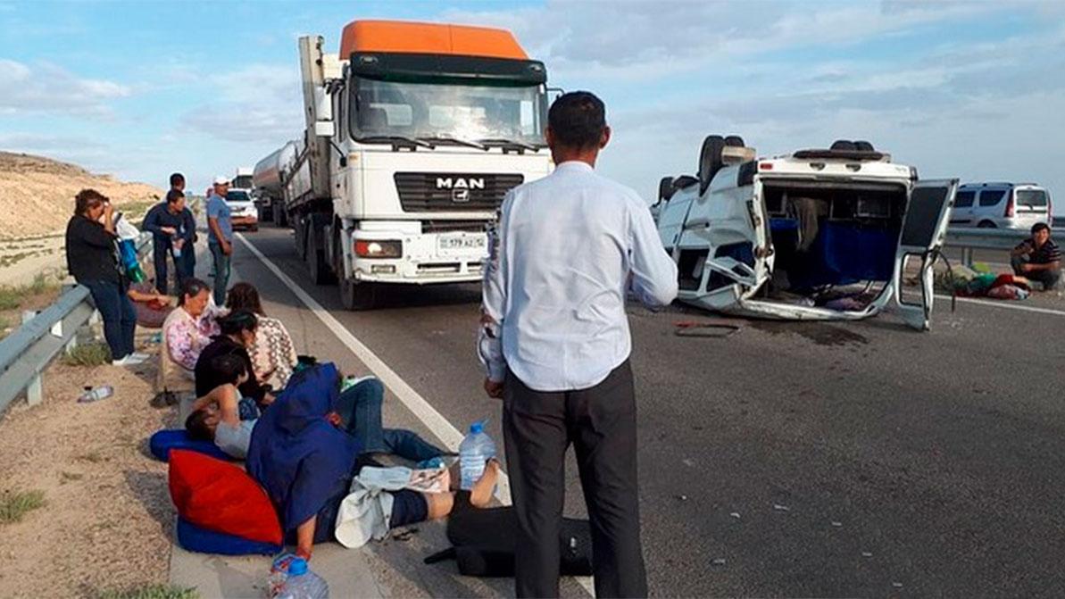 «Газель» с 15 пассажирами перевернулась на трассе в Мангистау