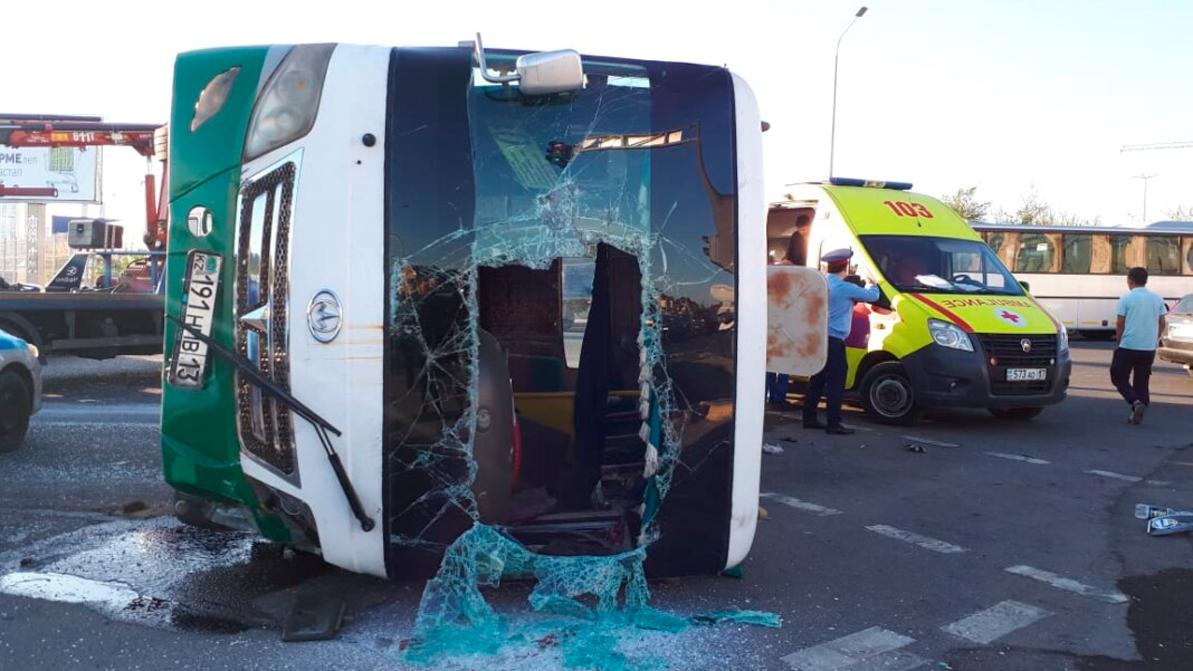 Автобус столкнулся с Toyota Camry в Шымкенте. Один человек погиб, пятеро попали в больницу