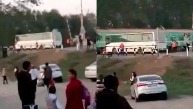 На шамалганском ж/д переезде вновь остановился автобус