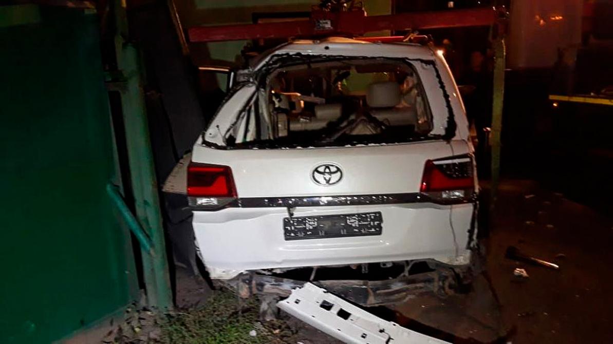 Toyota Land Cruiser снёс забор автостоянки в Алматы