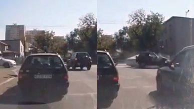Toyota Camry протаранила RAV4 в Алматы
