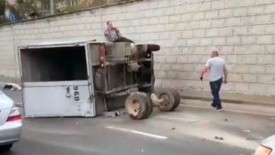 «Мерседес» вырвал заднюю ось у «Газели» на Аль-Фараби