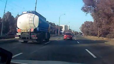Штрафовать водителей грузовиков за выезд в левый ряд начали «сергеки» в Нур-Султане