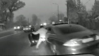 Водитель протащил полицейского на двери Mercedes-Benz CLS в Алматинской области