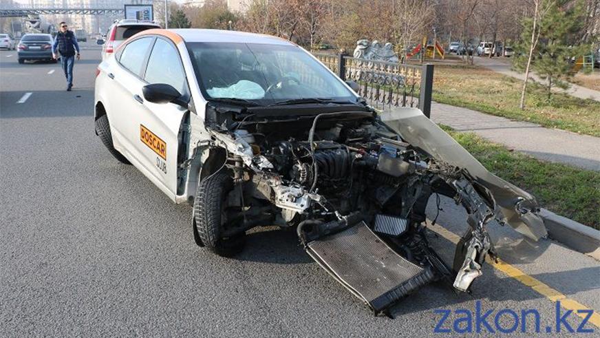 Hyundai Accent из каршеринга влетел в отбойник на Аль-Фараби