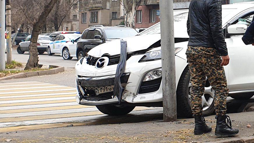 Mazda опрокинула Nissan в Алматы
