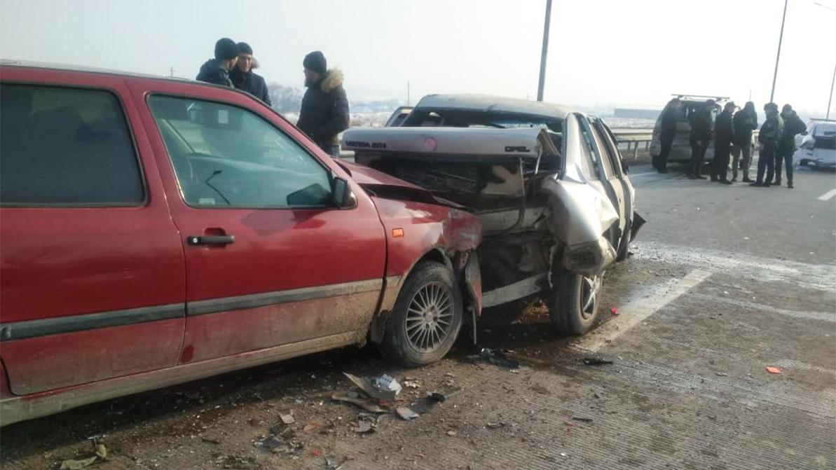 Четыре человека пострадали в аварии на трассе Шымкент – Ташкент