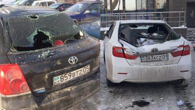 Сразу три «тойоты» повредили сосульки, упавшие с крыши ЖК в Алматы