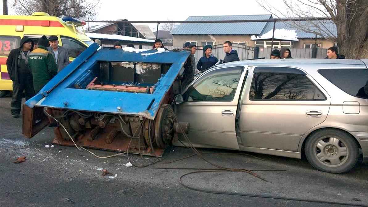 Дизельный генератор упал на автомобиль в Алматы