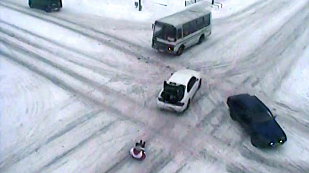 Пять МРП штрафа грозят водителю, катавшему парней по улицам на баллоне
