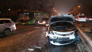 Автобус спровоцировал массовое ДТП в Алматы