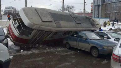 Трамвай раздавил пять автомобилей в Самаре