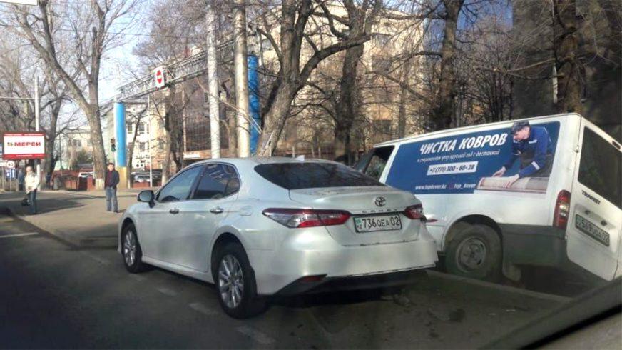 Лишилась обеих ног женщина при наезде Ford Transit на остановку в Алматы